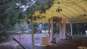 Hochzeit Arck verziert mit Blumen/Frau verziert einen Hochzeitsbogen mit Blumen/verziertem Platz für Hochzeitszeremonie stock video footage