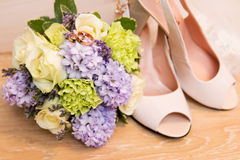Hochzeit bereift Ringe und Blumenstrauß Lizenzfreies Stockfoto