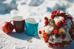 Hochzeit bouque auf Schnee und Ring stockfotografie