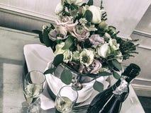 Hochzeit Champagne und Blumen Stockfotos