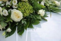 Hochzeit Cortege, liefert den Bräutigam und die Braut an die Hochzeitssite Stockfotografie