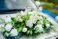 Hochzeit Cortege, liefert den Bräutigam und die Braut an die Hochzeitssite Lizenzfreies Stockfoto