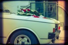 Hochzeit Cortege, liefert den Br?utigam und die Braut an die Hochzeitssite stockfotos