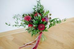 hochzeit Der Braut ` s Blumenstrauß Rustikaler Blumenstrauß von Burgunder- und Eukalyptusblumen Stockfoto
