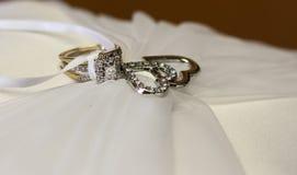 Hochzeit Diamond Ring und Herzen auf Kissen Lizenzfreies Stockfoto