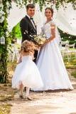 Hochzeit, die rosafarbene Blumenblätter fliegt stockfotografie
