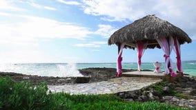 Hochzeit Gazebo auf dem Ozeanriffufer stock video footage