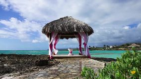 Hochzeit Gazebo auf dem Ozeanriffufer stock video