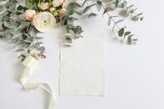 Hochzeit, Geburtstagsmodellszene mit Blumenstrauß der persischen Butterblume, Ranunculusblume, rosa Rosen, Eukalyptus Lizenzfreies Stockfoto