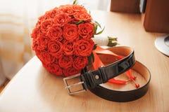 Hochzeit men& x27; s-Gurt an Ort und Stelle mit einem Blumenstrauß Lizenzfreie Stockfotografie