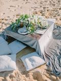 Hochzeit mit Dekorationen und Eukalyptusblättern Fokus auf den Gläsern lizenzfreie stockfotografie