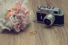 Hochzeit Ring And Old Camera Stockfotos