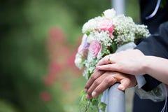Hochzeit, Ringe und Blumenstrauß Lizenzfreies Stockbild