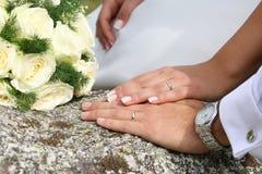 Hochzeit, Ringe und Blumenstrauß Stockbilder