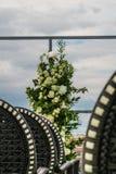 Hochzeit sitzt Gang mit den Grünpflanzen vor, die auf dem Boden verziert werden Stockfotografie