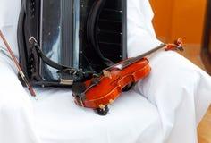 Hochzeit stillife mit Violine und accordeon auf einem weißen Stoff Lizenzfreies Stockfoto
