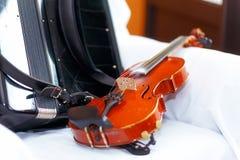 Hochzeit stillife mit Violine und accordeon auf einem weißen Stoff Stockbilder