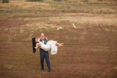 Hochzeit und Liebesgeschichte in der Natur Stockbilder