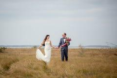 Hochzeit und Liebesgeschichte in der Natur lizenzfreie stockfotos
