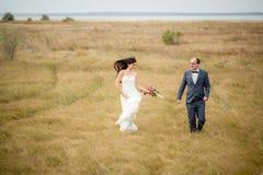 Hochzeit und Liebesgeschichte in der Natur stockfoto