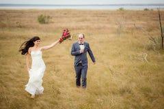 Hochzeit und Liebesgeschichte in der Natur stockbild