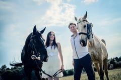 Hochzeit von glücklichen nahen Pferden der ungewöhnlichen Paare Stockfotos