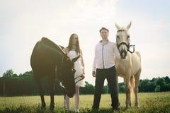 Hochzeit von glücklichen nahen Pferden der ungewöhnlichen Paare Lizenzfreie Stockfotos