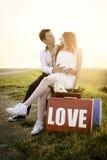Hochzeit von ungewöhnlichen Paaren an der Bushaltestelle Lizenzfreie Stockfotos