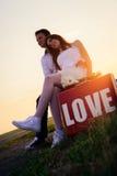 Hochzeit von ungewöhnlichen Paaren an der Bushaltestelle Stockbild