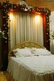 Hochzeits-Bett-Dekoration Stockbild