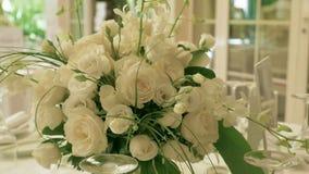 Hochzeits-Blumen-Anordnung Hand stock footage