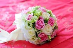 Hochzeits-Blumen auf dem Bett Stockbild