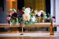 Hochzeits-Blumen in den Flaschen lizenzfreie stockfotos
