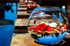 Hochzeits-Blumen-Vorbereitungen in einer Fischschüssel lizenzfreies stockbild