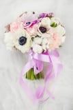 Hochzeits-Blumenstrauß mit empfindlichen Pfingstrosen und Dahlien stockbilder