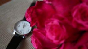 Hochzeits-Blumenstrauß und Uhr stock video