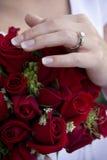 Hochzeits-Blumenstrauß und Ring Lizenzfreie Stockbilder