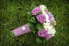 Hochzeits-Blumenstrauß von den Blumen, die auf grünem Gras liegen Stockbilder