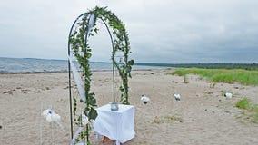 Hochzeits-Bogen auf der Küste von Meer stockbilder
