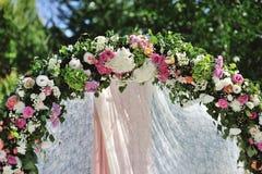 Hochzeits-Bogen mit Blumen Lizenzfreies Stockbild