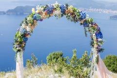 Hochzeits-Bogen mit Blumen Stockfotos
