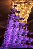 Hochzeits-Champagne-Gläser an einem Innen Lizenzfreie Stockfotos