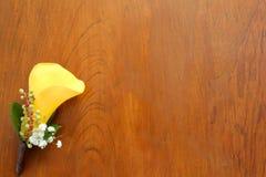 Hochzeits-Corsage auf dem Tisch Stockfotografie