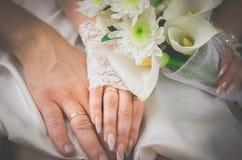 Hochzeits-Ehering-Hände mit Ringen stockfotografie