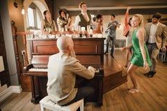 Hochzeits-Gäste, die Spaß mit dem Klavier haben lizenzfreie stockbilder