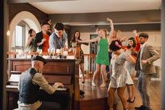 Hochzeits-Gäste, die Spaß mit dem Klavier haben stockbild