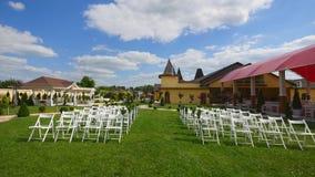 Hochzeits-Gang-Dekor Weiße Hochzeitsstühle Draußen Hochzeitszeremonie Hochzeit gegründet im Garten Sonniger Tag stock video