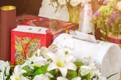 Hochzeits-Geschenke, Kognak, Schokoladen und Umschläge stockbild