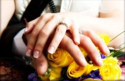 Hochzeits-Hände zusammen lizenzfreie stockfotografie