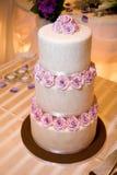 Hochzeits-Kuchen auf Haupttabelle Stockbild